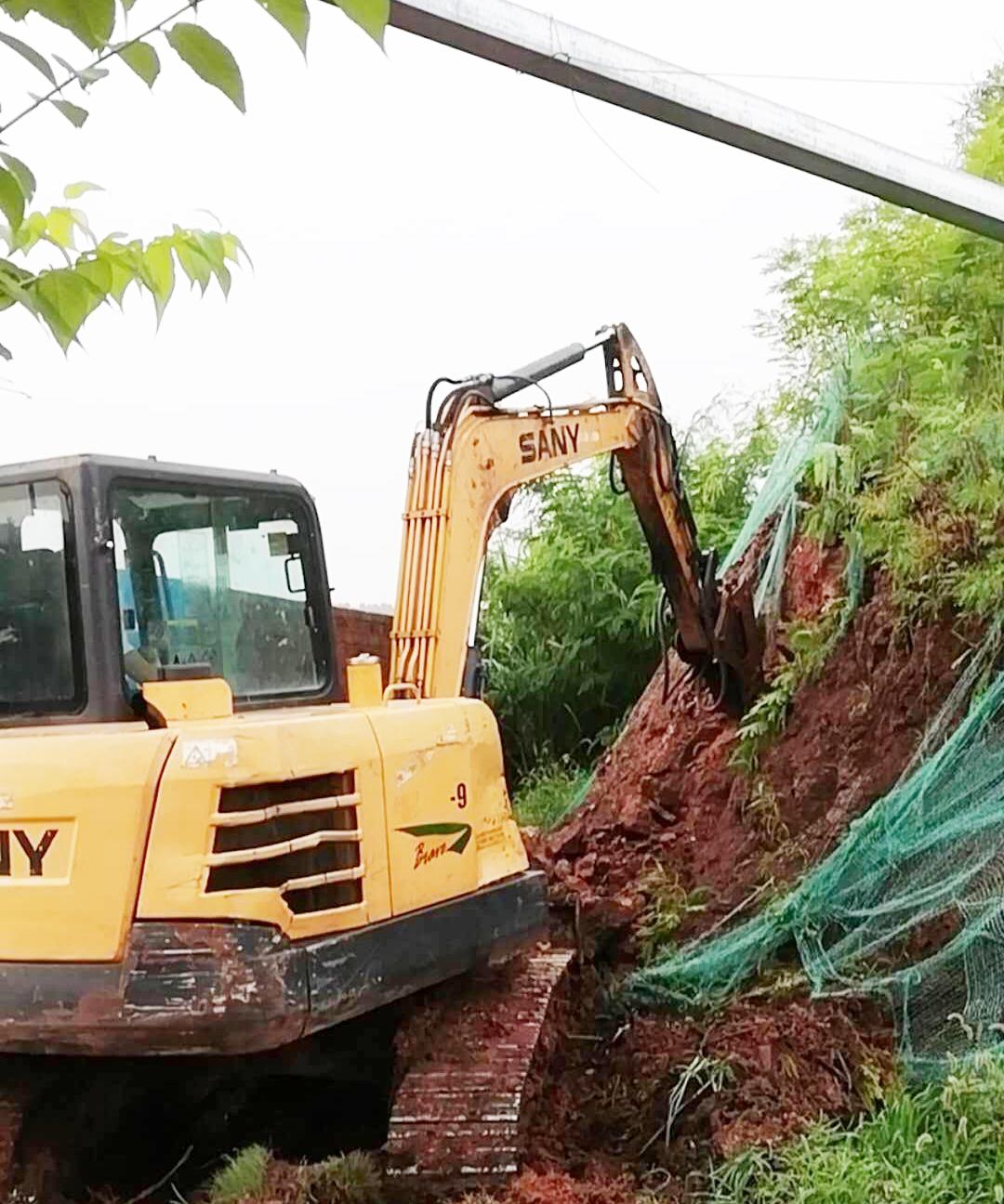 仁寿雷竞技售楼部开工,基础开挖,现场已经打围